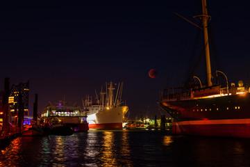 Historische Mondfinsternis zwischen zwei Schiffen im Hamburger Hafen