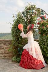 Dornröschen vor einem Rosenbogen