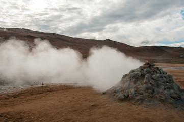 Fumarolas de enxofre fumegante em Hverir, no sistema vulcânico de Krafla, na Islândia