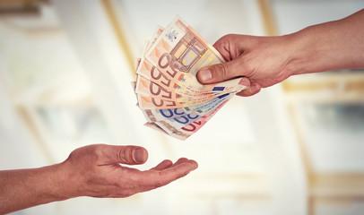 Hand reicht Geld