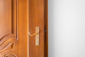 braune schwere Holztür