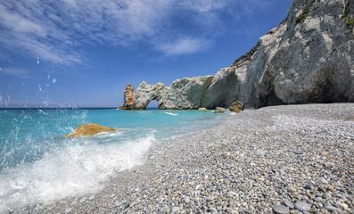 Wunderschönes Landschaftsbild über Lalaria Beach mit türkis farbenen Meer und Wasserschaum