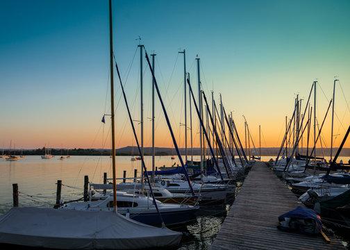 Segelboote am Bootssteg, Ammersee in der Abendsonne