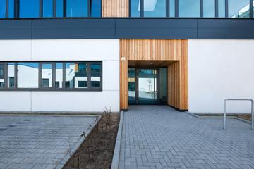 Eingang modernes Gebäude Tür mit Glaseinsatz