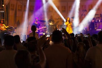 cep telefonu ile sahnedeki sanatçının videosunu cekenizleyiciler