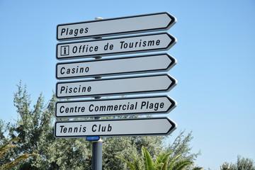 Panneaux de directions dans la ville de Port-la-Nouvelle, Aude, Languedoc, Occitanie, France.