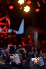 Ecran de smartphone dans la foule pendant un spectacle