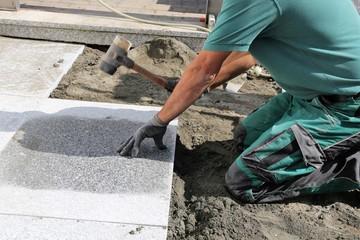 Arbeiter verlegen Pflastersteine