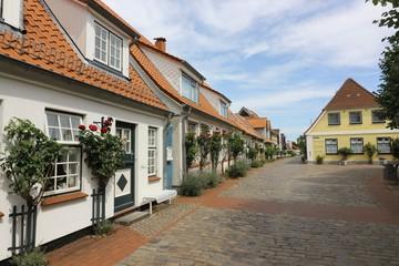 malerische Häuser an der Süderholmstraße an dem beliebten Ausflugsziel Holm