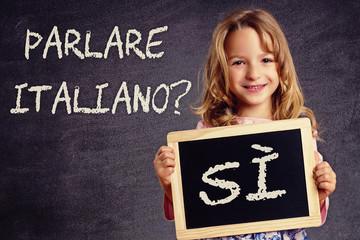 Mädchen mit Schild Parlare italiano? Sì