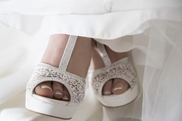 Sandalo bianco da sposa con tacco in pelle e strass
