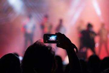 Grabando vídeo con móvil en un concierto