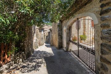 Rue étroite dans le village médiéval de Saint Montan