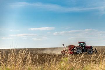 Le fermier sur son tracteur agricole prépare sa terre pour aérer les sols