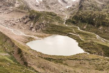 Lac de montagne en forme de coeur