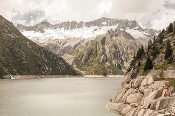 Vue sur lac de montagne en Suisse