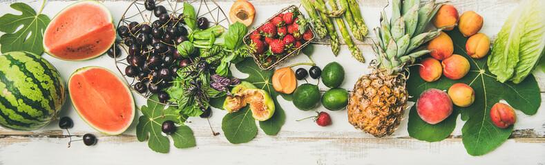 Papiers peints Cuisine Summer food background. Flat-lay of seasonal fruit, vegetables and greens over white wooden background, top view. Vegetarian, vegan, dieting, clean eating, weight loss ingredients