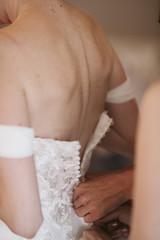Mariée qui met sa robe