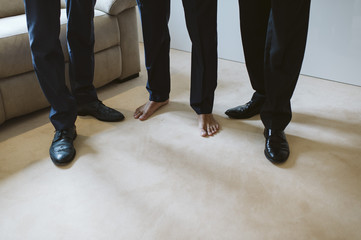 Préparation du marié sans chaussure