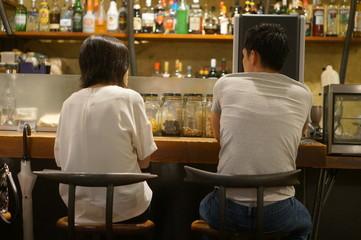 バーカウンターとカップル