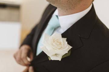 Homme en costume avec cravatte turquoise