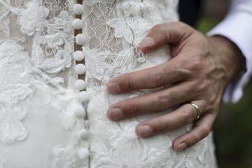 Homme marié qui tient sa femme par la taille