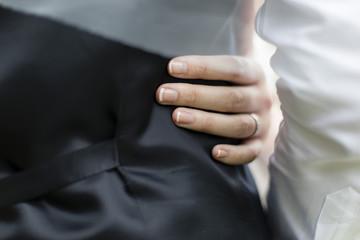 Femme mariée qui tient son mari par la taille