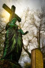 heiliger Engel auf Friedhof Sonne