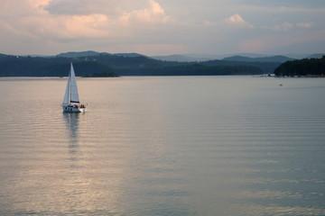 Jezioro Solińskie, Polska, żaglówka na wodzie, wzgórza po drugiej stronie jeziora