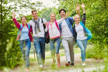 Fröhliche Freunde machen eine Wanderung
