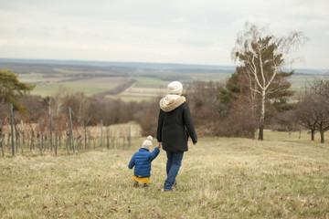 Herbstlandschaft, Mutter mit Kind, spazieren