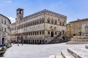 Schattenplätze vor dem  Palazzo dei Priori in Perugia, Umbrien