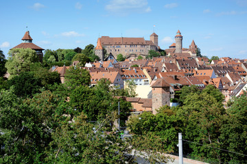 Skyline von Nürnberg in Bayern mit Stadtmauer und Kaiserburg im Sommer