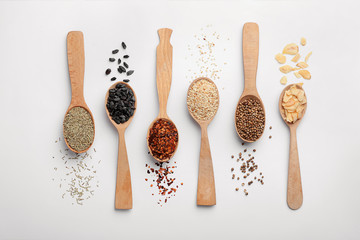 Photo sur Plexiglas Herbe, epice Composition with different aromatic spices in wooden spoons on white background