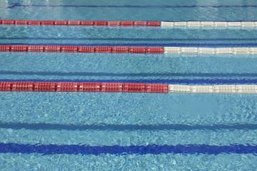 Vista orizzontale delle corsie di una piscina