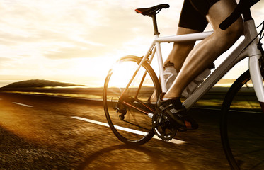 Foto auf Acrylglas Radsport Rennradfahrer auf Landstraße