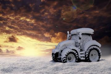 Eingeschneiter Traktor im Schnee