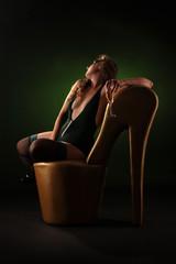 Frau in Dessous und Strümpfen auf Schuhstil mit Selt