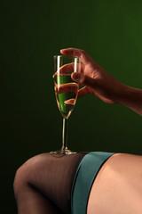 Sektglas auf Frauenbein