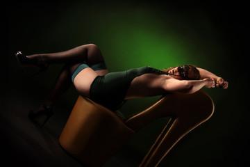 Frau in grünen Dessous räkelt sich