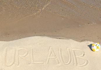 Urlaubsgeld - Botschaft im Sand mit Sparschwein