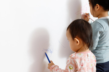 In de dag Graffiti children drawing pictures of on a wide white wall