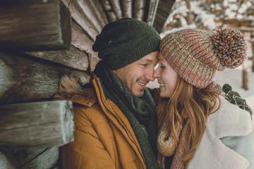 Paar macht Urlaub im Winter
