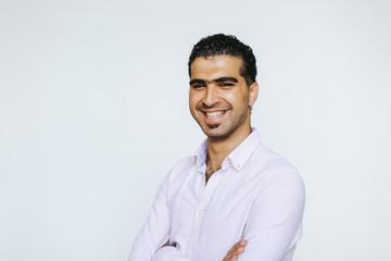 Fröhlicher, selbstbewusster syrischer Mann