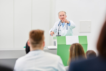 Älterer Mann als kompetenter Medizin Dozent