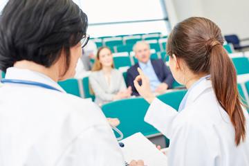 Junge Frau als Studentin bei einer Medizin Prüfung