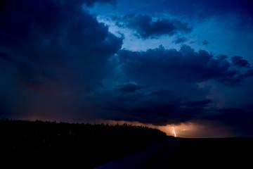 Gewitter mit Blitz unter Nachthimmel mit Sternen