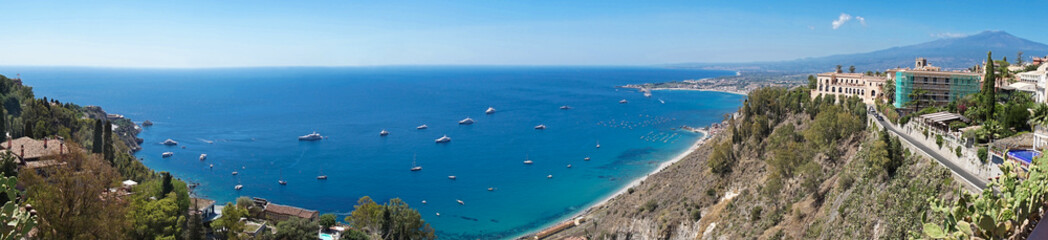 Panoramic scenic view of mediterranean sicilian coastal landscape with yachts view from Taormina with volcano Etna on the background in Sicily, Italy Fototapete