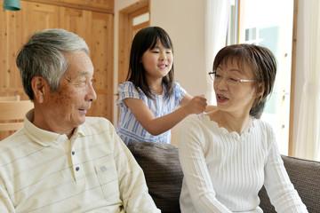 孫娘に肩を叩いてもらうおばあちゃん