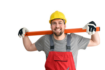 Portrait lächelnder Handwerker mit Wasserwaage als Freisteller auf weißen Hintergrund - Beruf und Arbeit